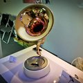 Gramophone + iPhone = Trumstand