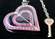 Heart-shaped necklace is USB flash drive  - photo 1