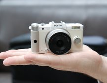 Pentax Q teeny-tiny hybrid camera finger tips-on