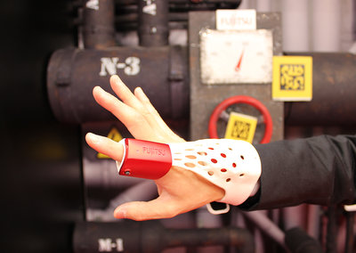 Fujitsu Intelligent Glove uses augmented reality for working with complex machines