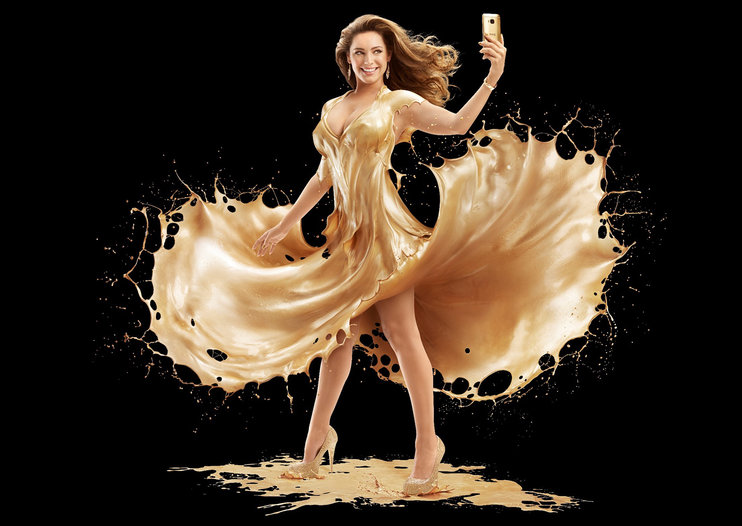 Want to see Kelly Brook showered in gold for HTC One M9 Gold launch? It's your lucky day