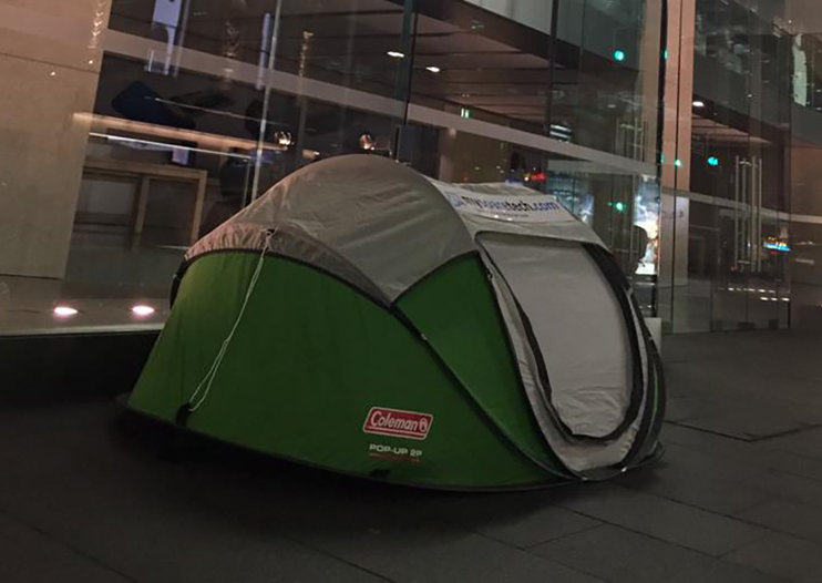 WTF? Apple fan starts to queue outside Apple Store before the iPhone 6S is announced