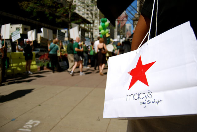 Macy's adopts iOS 7's iBeacon, serving up promos to your iPhone - Pocket-lint