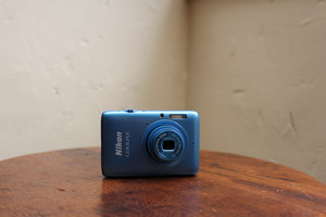 Nikon Coolpix S02 hands-on: A dinky camera fit for Bond - photo 1