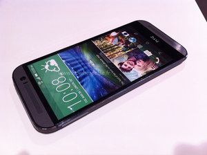 HTC One (M8) photographed with iPhone 5S, Galaxy S4, Xperia Z1 and LG G2 - photo 2