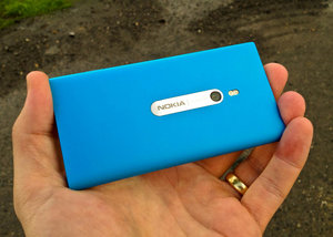 Nokia Lumia 800 in cyan