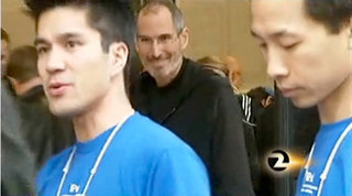 Jobs turns up at Apple Store iPad launch