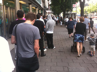 iPhone 4 shortage as O2 Holloway store gets less than 100 handsets