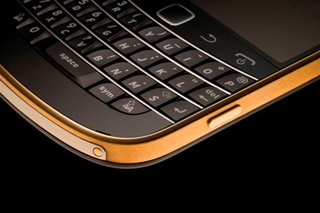 BlackBerry Bold 9900 enjoys the 24 carat gold treatment