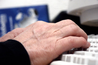 75 per cent of Brits still use PCs to email not smartphones