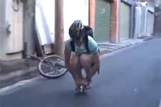 Move over Bradley Wiggins, man riding tiny bike is new viral star (video)