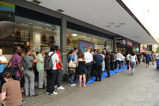 Londoners get to try and buy Windows 8 first at Currys & PC World