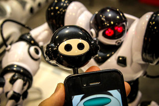 Robosapien returns, this time with iOS and Android app control