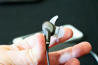 hands on bose quietcomfort 20 review in ear noise cancelling headphones with a twist image 4