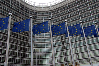 EC votes to end roaming fees, wants single European telecoms market