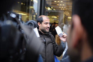 iphone 5s and 5c launch day pictures from the apple store london queue image 3