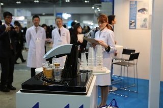 asahi s robot barman pours six perfect beers every time image 2