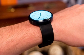 moto 360 hands on the big round smartwatch image 14