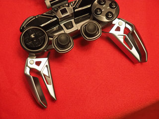 mad catz lynx 9 mobile gaming controller is as cool and complex as the batcycle hands on  image 2