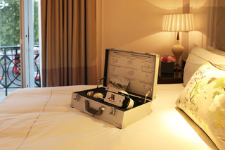 Want to try Samsung Gear VR? Best check into the London Marriott Park Lane hotel to try VRoom Service