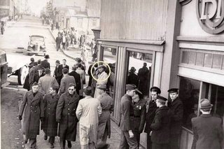 Photographic Proof Of Time Travellers Or Just Hoax And Coincidence image 12