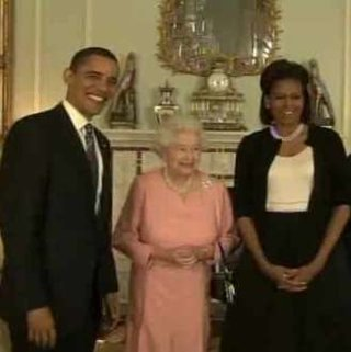 Obama gives the Queen a personalised iPod