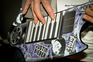 paper jamz pro guitar microphone and justin bieber keyboard guitar hands on image 17