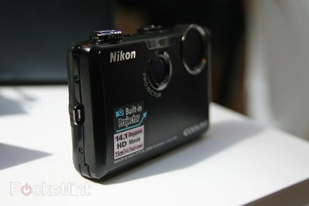 Nikon Coolpix S1100pj beams down