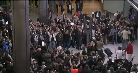 T-Mobile Flashmob strikes again: This time at Heathrow's T5
