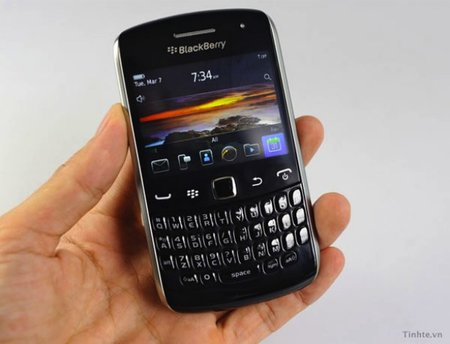 BlackBerry Apollo (Curve) caught on video, glossy photo session