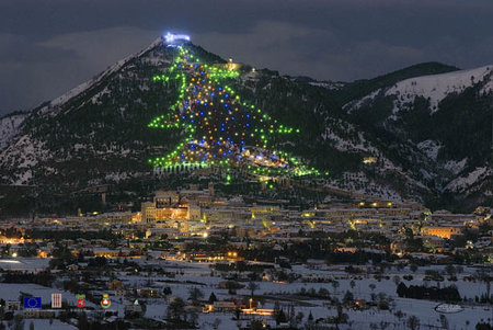 Pope illuminates the world's biggest Christmas tree using Sony Android tablet