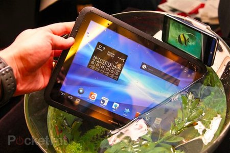 Fujitsu Arrows waterproof honeycomb tablet pictures and hands-on