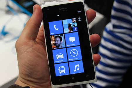 Nokia goes all humble and promises fix for Lumia 900 memory management issue