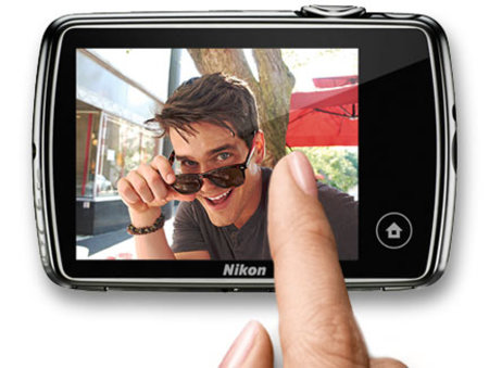 Nikon Coolpix S01: The mini compact camera smaller than your phone - photo 2