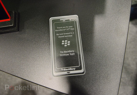 Red BlackBerry Z10 limited edition pictures and hands-on - photo 3