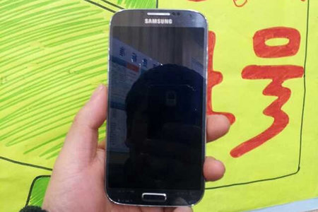Alleged Samsung Galaxy S4 hands-on pictures leaked, GT-I9502 in name