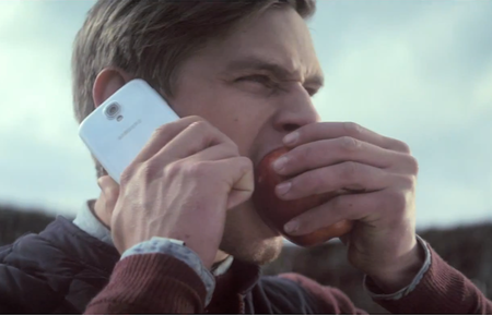Samsung literally takes a bite out of Apple in odd Galaxy S4 advert
