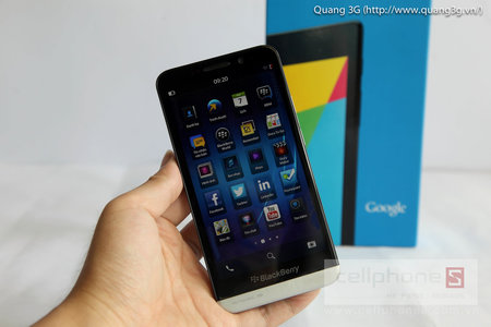 BlackBerry Z30 pops up in new hands-on video, the 5-incher formerly known as the A10