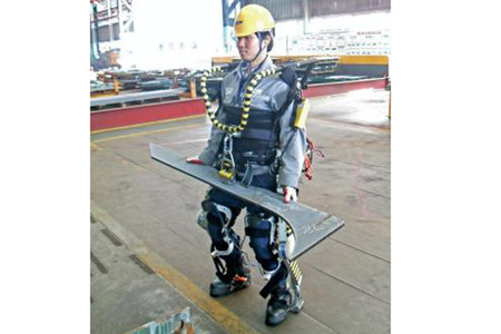 Exoskeleton gives superhuman strength to its wearer, lifts 100kg
