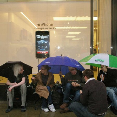 UK iDay: iPhone queues begin!