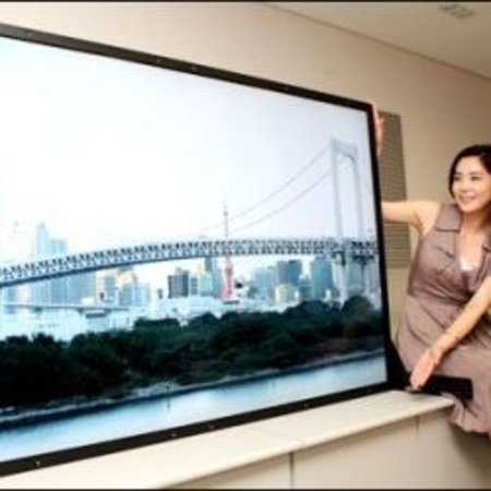 Samsung demos 82-inch screen