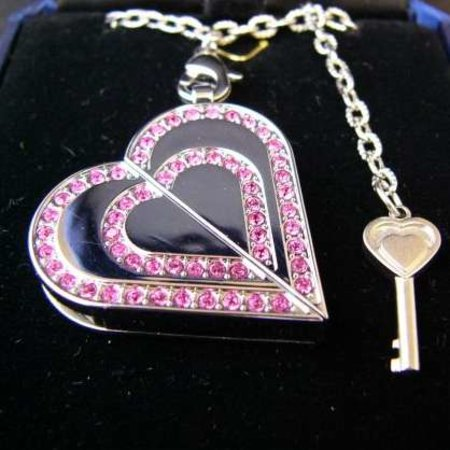 Heart-shaped necklace is USB flash drive