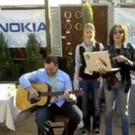 VIDEO: Nokia sings about Comes with Music