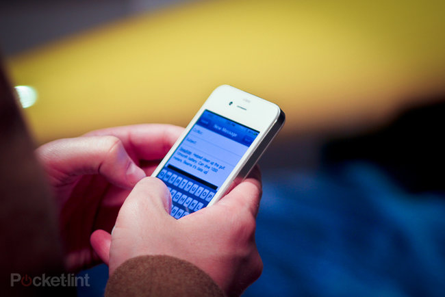 White iPhone spotted in New York, owner explains why you haven't got one yet - photo 3