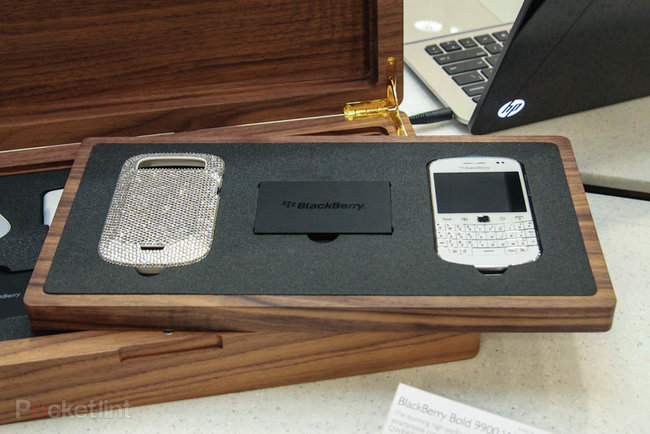 Harrods Swarovski BlackBerry Bold 9900 White pictures and hands-on - photo 3