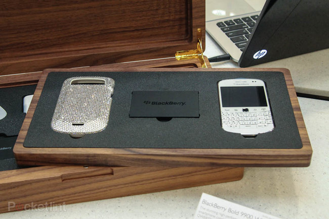 Harrods Swarovski BlackBerry Bold 9900 White pictures and hands-on - photo 5