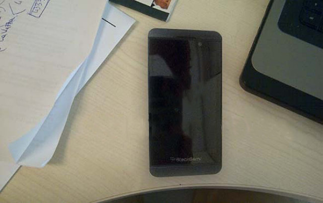 BlackBerry 10 L-Series smartphone sighted in multiple leaks, stripped bare - photo 1