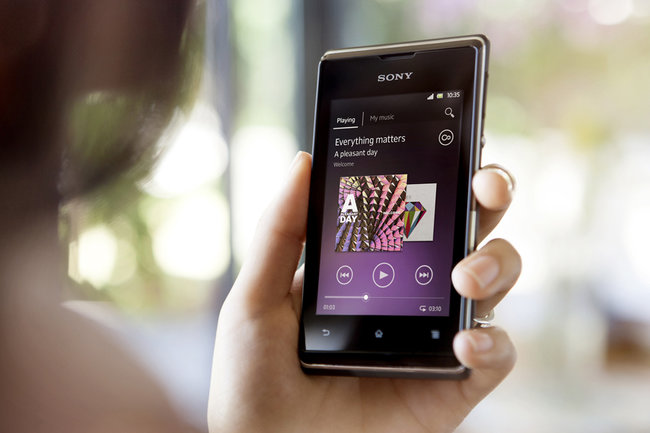 Economical Sony Xperia E: Entry-level Android phone saves cash, data - photo 1