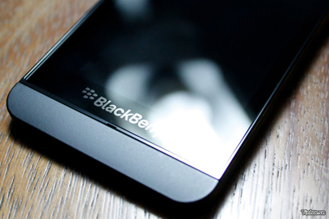 Behold the BlackBerry 10 L-Series smartphone in all its glory, great pictures and video leaked - photo 1