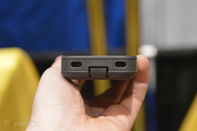Otterbox Defender iPhone charger case pictures and hands-on - photo 3